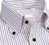 Chemise colorée d'homme de piste avec de bouton le collier vers le bas