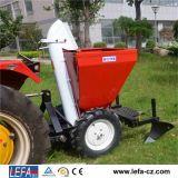 機械を植えるトラクターによって取付けられるサツマイモ