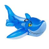 プールで泳いでいる子供のための膨脹可能なクジラのライダー