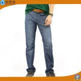新式の方法ジーンズの人の細いジーンズの青いデニムのズボン