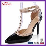 ストラップの女性の靴の黒いパテントPUのリベット