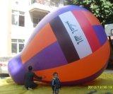 Volo esterno che fa pubblicità all'aerostato di goccia dell'acqua dell'elio