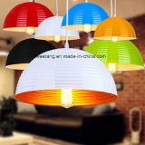 Modernes einfaches Innenaluminium, das hängende Lampe in der Gaststätte hängt