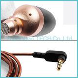 方法3.5mmは木のEarbudsによってバランスをとられた電機子耳のイヤホーンをワイヤーで縛った
