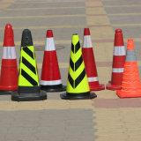 빨간 주황색 안전 소통량 콘은 도로 방법 표시를 위해 접혔다