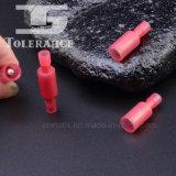 A bala deu forma ao terminal/conetor masculinos de bronze isolados nylon