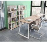 Mesa de escritório com o ficheiro para o uso do sistema de estação de trabalho