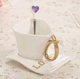 Tasse de café en céramique faite sur commande de forme de coeur d'ODM pour la maison