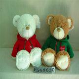 Maman Artic et jouet d'ours de peluche bourré par bébé