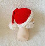 Erwachsener mit der Hand strickender Sankt-Hut-Weihnachtshut