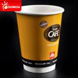 Логос рекламируя на бумажных кофейных чашках для дела