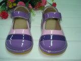 Пурпуровые розовые Tri покрашенные ботинки девушки пискливые