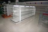 スーパーマーケットの店の店頭のライトボックスが付いている装飾的な陳列台の棚