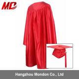 Chapeaux brillants et robes de graduation de qualité rouges