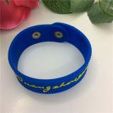 Bracelet fait sur commande bon marché de mode en caoutchouc de silicones d'injection de vente chaude