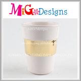 陶磁器のマグを飲む最も売れ行きの良い走行のコーヒー水