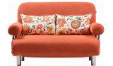 美しい円形のArmrestが付いているファブリックによって折られるソファーベッド