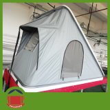 堅いシェルの三角の屋根の上のテント