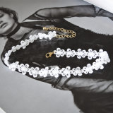 Colar pequena branca do Choker das flores do laço Handmade elegante da linha do Crochet