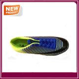 人のフットボールは屋外のサッカーの靴を起動する