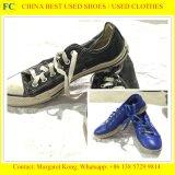 Сортированные используемые летом ботинки второй руки ботинок и используемые мешками ботинки