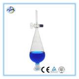 Cristalizando o prato com produtos vidreiros de laboratório químicos do bico