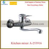 Montado en la pared escoger el mezclador de cobre amarillo del agua del fregadero de cocina de la maneta