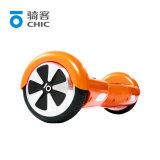 大人の小型スクーター2の車輪のスマートな自己のバランスをとるスクーター