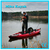 O profissional senta-se na canoa superior do plástico dos barcos de pesca do caiaque do oceano