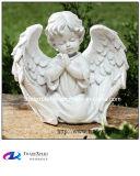 Рука высекая белое мраморный меньшяя статуя ангела