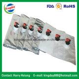 Freier/metallischer Beutel im Kasten mit Tülle für das Füllen des reinen Wassers