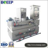 Polvo/polímero líquido que dosifica el equipo en el tratamiento de aguas