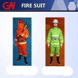 Die Feuerbekämpfung, die Set einschließlich Sturzhelm-Riemen kleidet, lädt Handschuhe auf