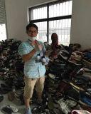 Люди тапок верхнего качества продают ботинки оптом
