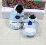 革内部の赤ん坊の布の靴