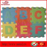Bambino di collegamento della stuoia di puzzle di ABC EVA che gioca con i bordi