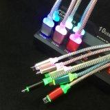 O cabo de dados colorido cobrando o mais novo da sincronização do USB do micro