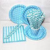 Papel de color azul bolsas de paja y la placa con diferentes diseños para la fiesta