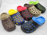 Pattini all'ingrosso e poco costosi dei sandali del giardino con i fori surdimensionati di formato nel pattino