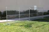 Kettenlink-Zaun mit senkrechtem Strich