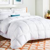 高品質の贅沢な白い代わりとなるホテルの綿の羽毛布団の下で暖まる