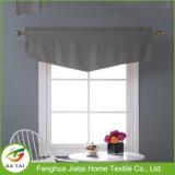 La finestra copre le tende grige della cucina delle tende di finestra della fila