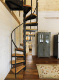 円形木手すりが付いている螺旋階段