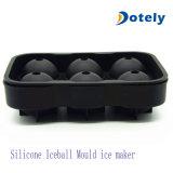 Создатель льда кубика льда отливая в форму для делать льда