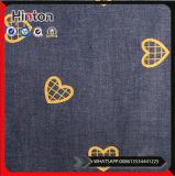 I nuovi pantaloni dei jeans di modo hanno stampato il tessuto del denim del cotone
