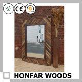 O frame de madeira do espelho do tamanho grande com faz o ofício velho