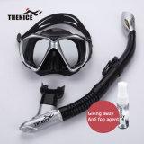 Le scaphandre naviguant au schnorchel de silicones de tube de respiration en verre de masque de plongée nageant les masques noirs a placé Thenice
