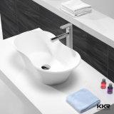 Surface solide moderne au-dessus de contre- petit lavabo de toilette
