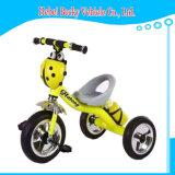 Il bambino della Cina scherza il motorino della carrozzina del carraio del triciclo tre con Ce