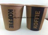 Tazas de papel del café de Brown con la impresión de la insignia